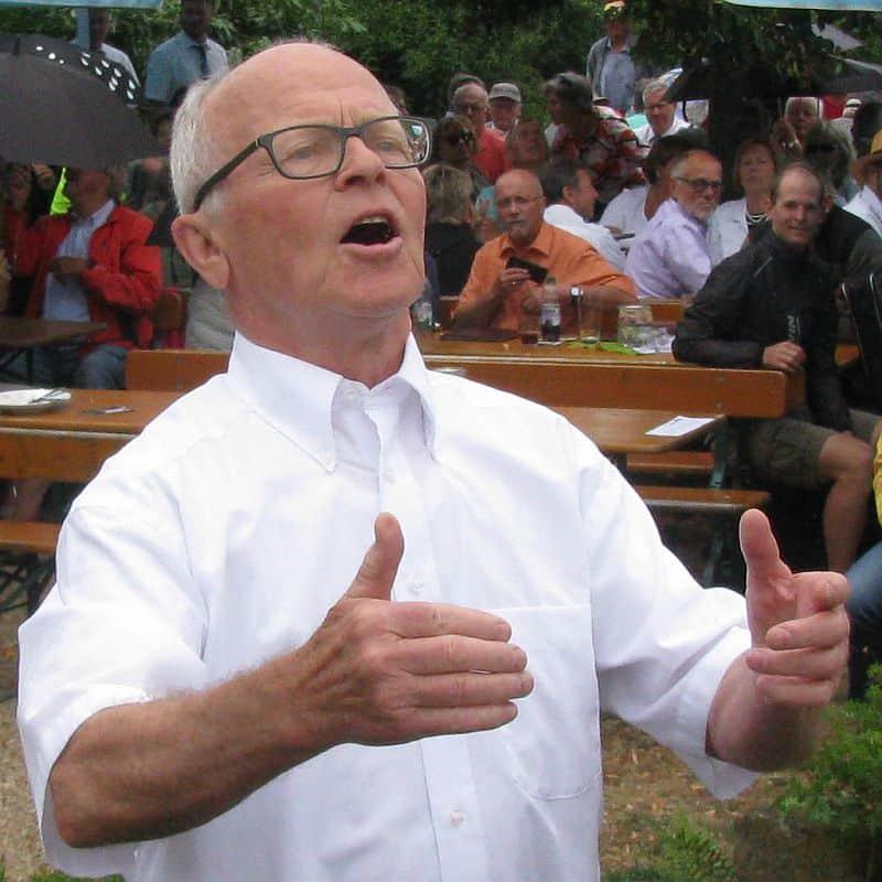Albert Adler (Chorleiter) dirigiert den Gesangverein Frohsinn Ipsheim